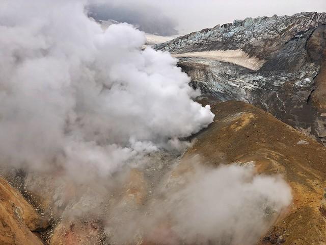 Paisaje de fumarolas y glaciares en el Volcán Mutnovsky de Kamchatka (Rusia)