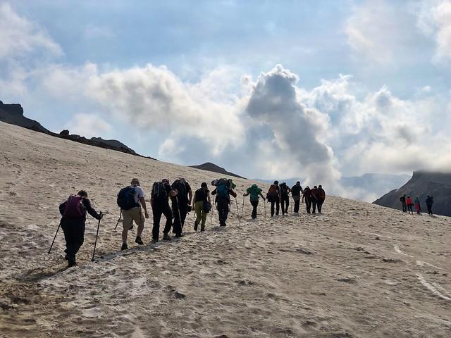 El equipo de la Expedición Kamchatka subiendo al volcán Mutnvosky (Kamchatka)