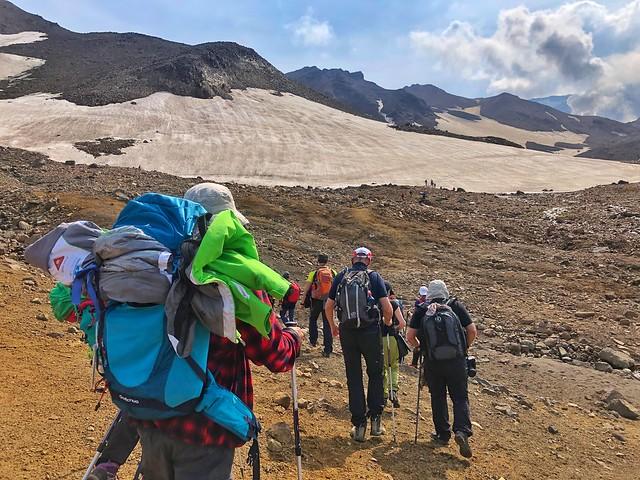 Equipo de la Expedición Kamchatka subiendo el volcán Mutnovsky (Rusia)