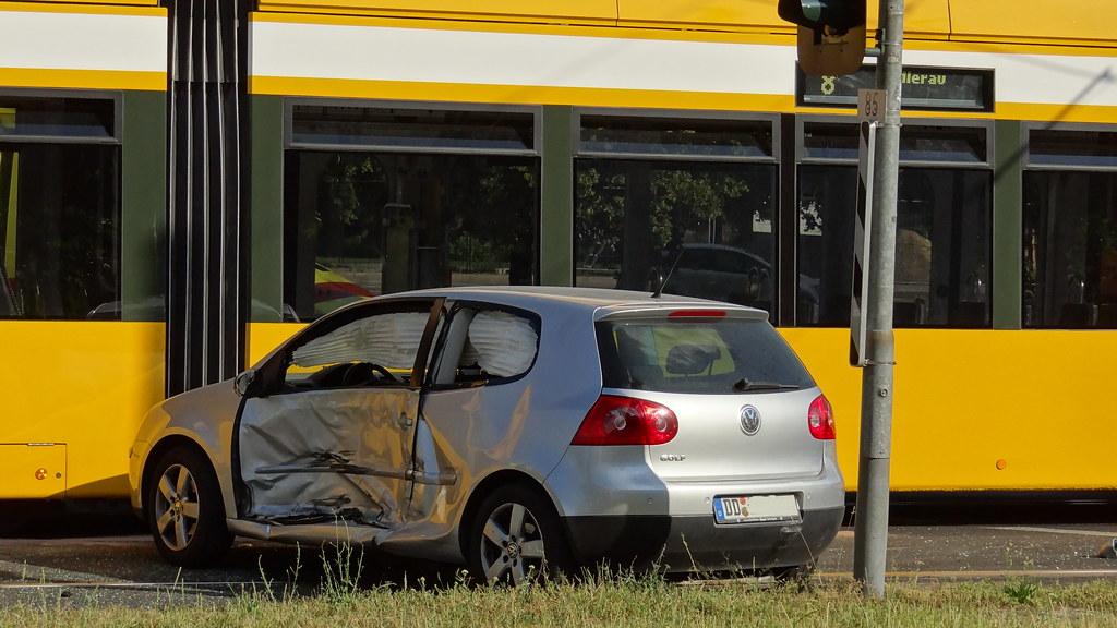 Schock am Dienstagnachmittag in Dresden, am Bahnübergang zum Georgplatz gab es einen Unfall VW-Golf gegen Straßenbahn der Linie 8 - die Straßenbahn war etwas lädiert, hat aber eindeutig gewonnen 00772