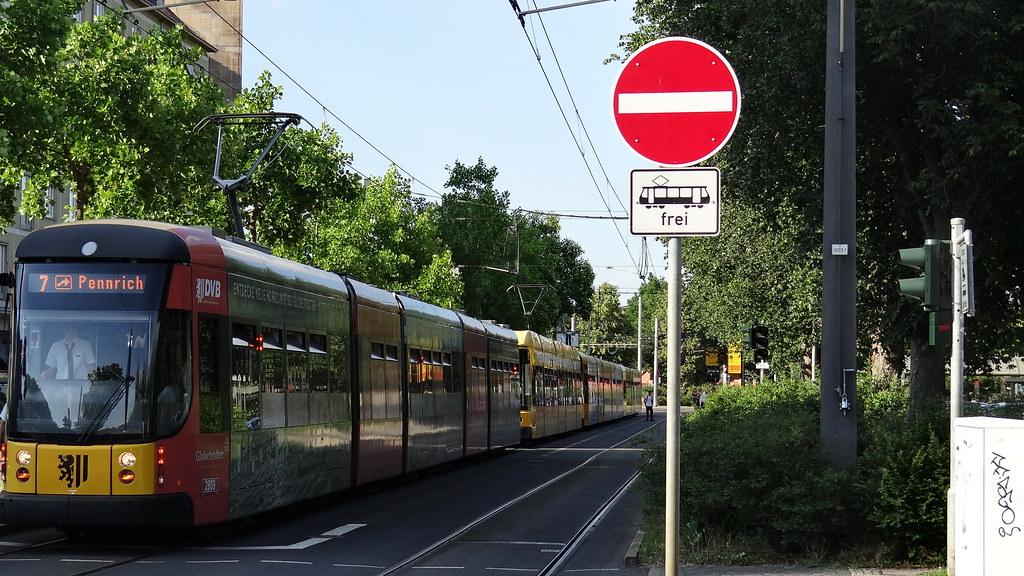 Die Bahnen und Busse der DVB fahren in fast jeden Winkel der Stadt Dresden, nur zwischen  Pirnaische Platz und Georgplatz an der  St. Petersburger Straße B 170 bewegte sich am Dienstagnachmittag nach einem Unfall kein Rad mehr 00777
