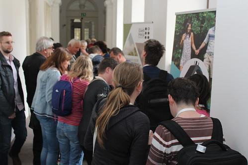 Výstava: zaplněná chodba zájemci o expozice