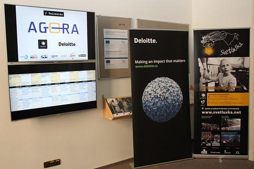 Roll upy Deloitte a Světlušky, LCD obrazovky s logy partnerů Agory a rozvrhem