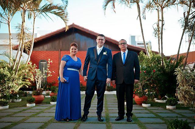 O noivo João Victor e seus pais, minutos antes do altar em um momento especial. www.francisdiogenes.com.br⠀⠀⠀⠀ Facebook/Instagram @francisphotographer⠀⠀⠀⠀⠀⠀⠀⠀⠀⠀⠀ Whatsapp 048984257374⠀⠀⠀⠀⠀ ⠀ #noivo #paisdonoivo #casamentoevangelico #trajedenoivo⠀⠀⠀⠀ #mara