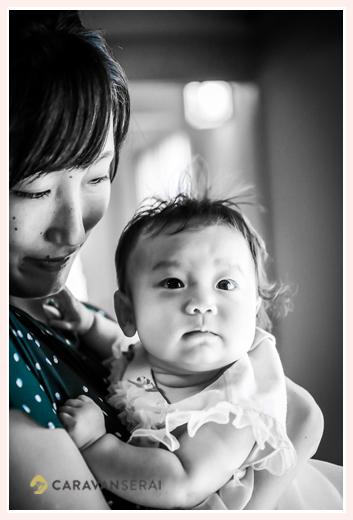 100日祝い 女の子赤ちゃん モノクロ写真