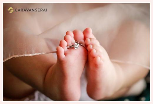 赤ちゃんの足に指輪(リング)