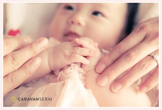 家族写真 赤ちゃん、ママ、それにパパの手