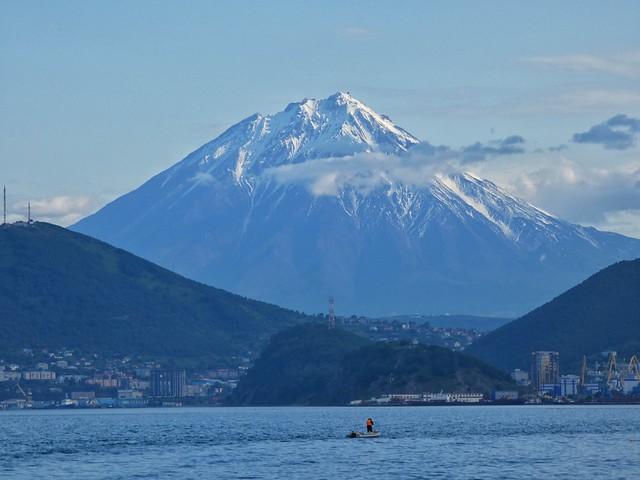 Volcán Koryaksky visible desde nuestro barco en la Bahía de Avacha (Kamchatka, Rusia)