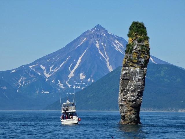 Volcán Vilyuchinsky y farallón de piedra en la Bahía de Avacha (Kamchatka, Rusia)