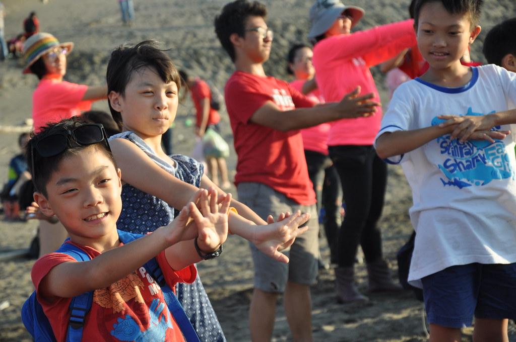 現場大朋友小朋友一起舞出藻礁的心聲。孫文臨攝
