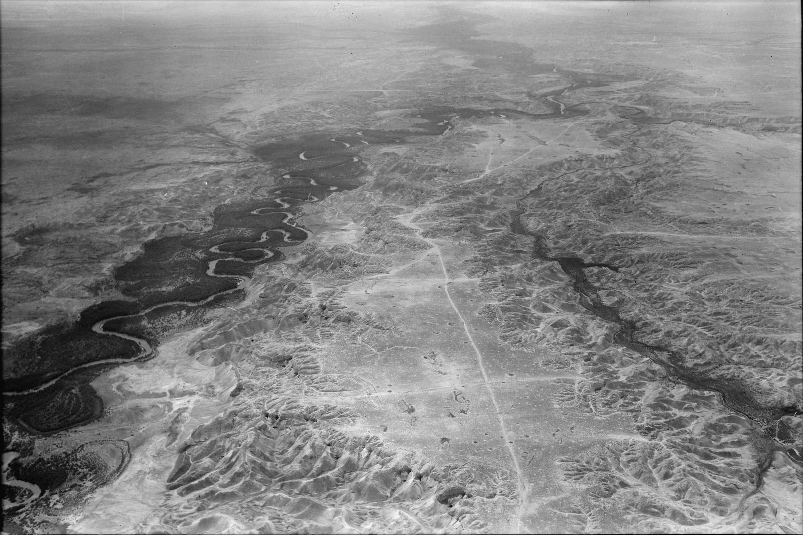 Полет на юг через Иорданский Разлом. Иордан. Общий вид. Показаны известняковые бесплодные предгорья. Вид на юг