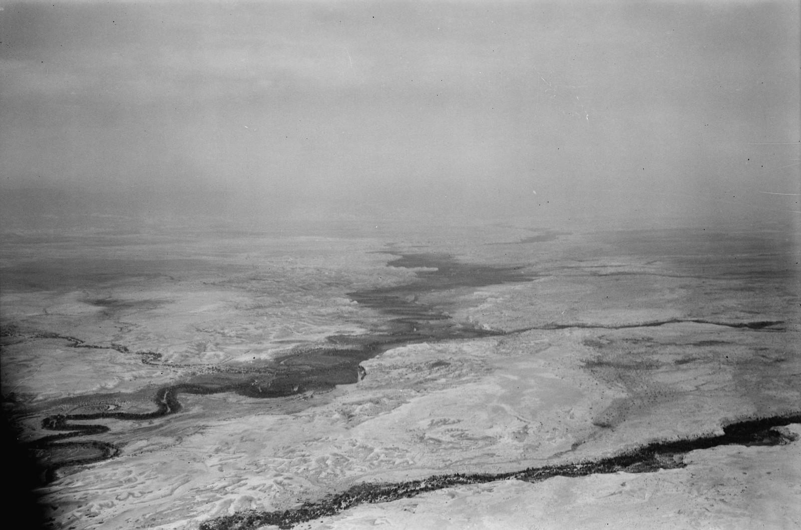 Полет на юг через Иорданский Разлом. Иордан с притоками Джаббок и Вади Фараа. Смотреть вверх по течению