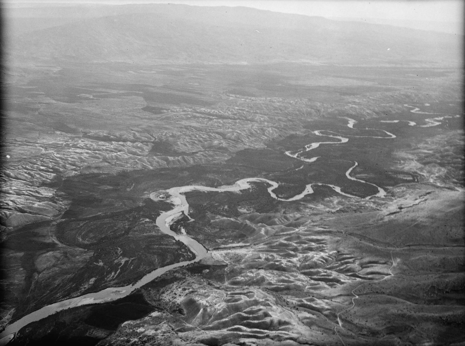 Полет на юг через Иорданский Разлом. Извилистое течение Иордана, смотрящее вниз по течению, осматривающее широкие просторы долины реки Иордан
