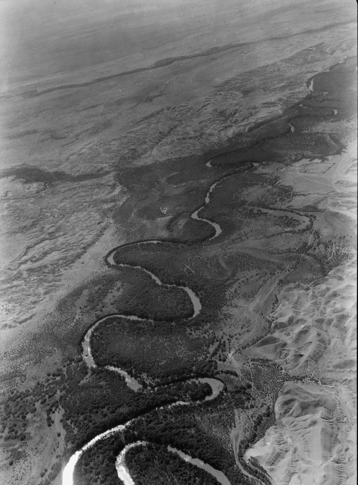 Полет на юг через Иорданский Разлом. Зигзагообразные извилины реки Иордан. Между Галилейским морем и Мертвым морем