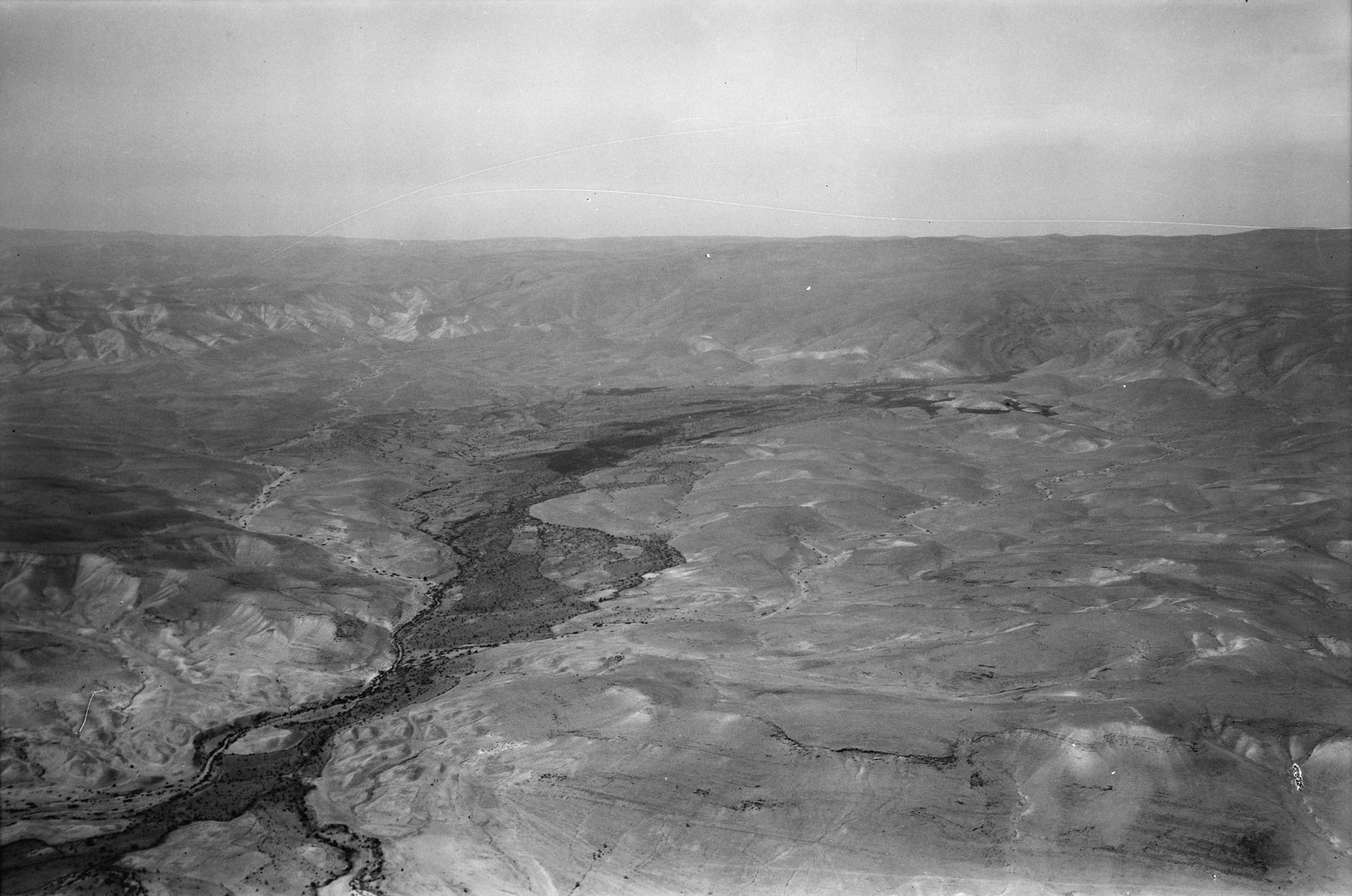 Полет на юг через Иорданский Разлом. Долина Джаббок. Глядя на восток, вверх по течению