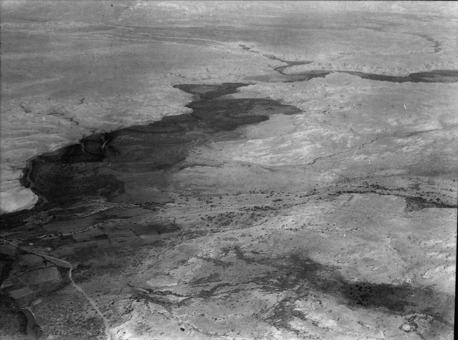 Полет на юг через Иорданский Разлом. Вид вверх по течению с юга. Отдаленный вид на Эз-Зарку, впадающую в Иордан с востока