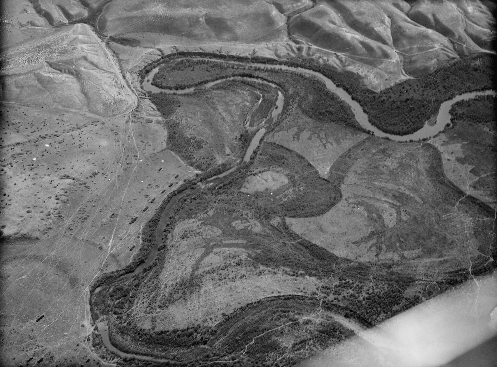 Полет на юг через Иорданский Разлом.  Изгиб реки Иордан. Близкий вид зарослей тамариска