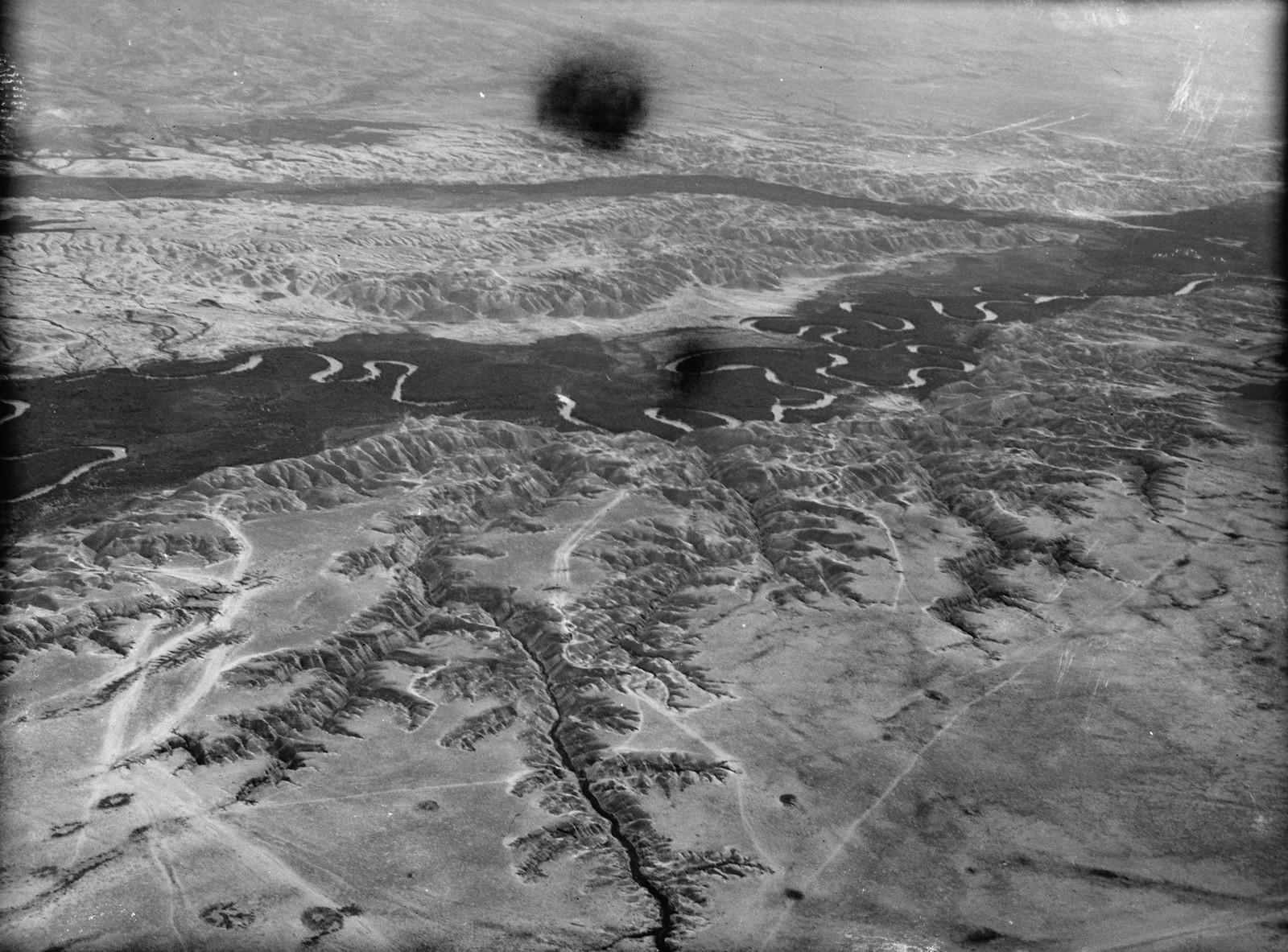 Полет на юг через Иорданский Разлом. Извилистое русло реки Иордан. Серебряная лента, описывающая круги и двойные повороты, показывающие соединение Jabbok на расстоянии