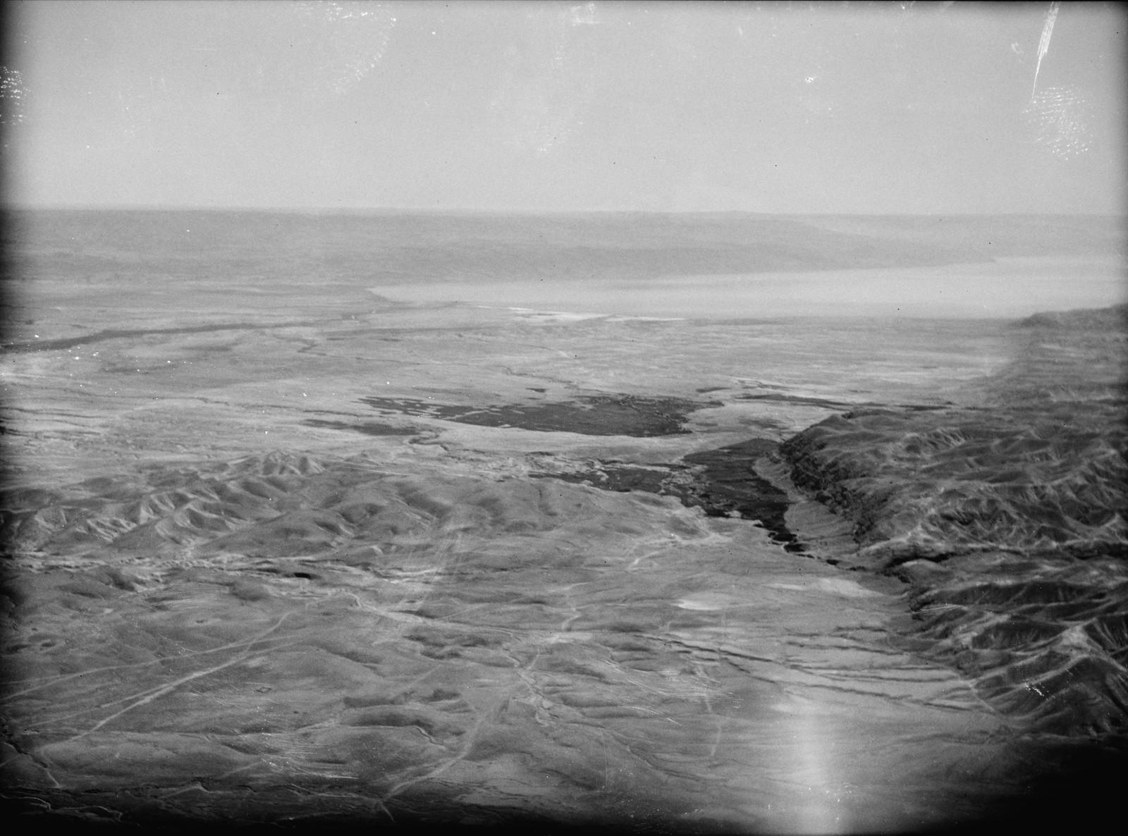 Полет на юг через Иорданский Разлом. Иерихонская равнина и Мертвое море. Отдаленный вид с оазисом Айн Герцога на среднем плане