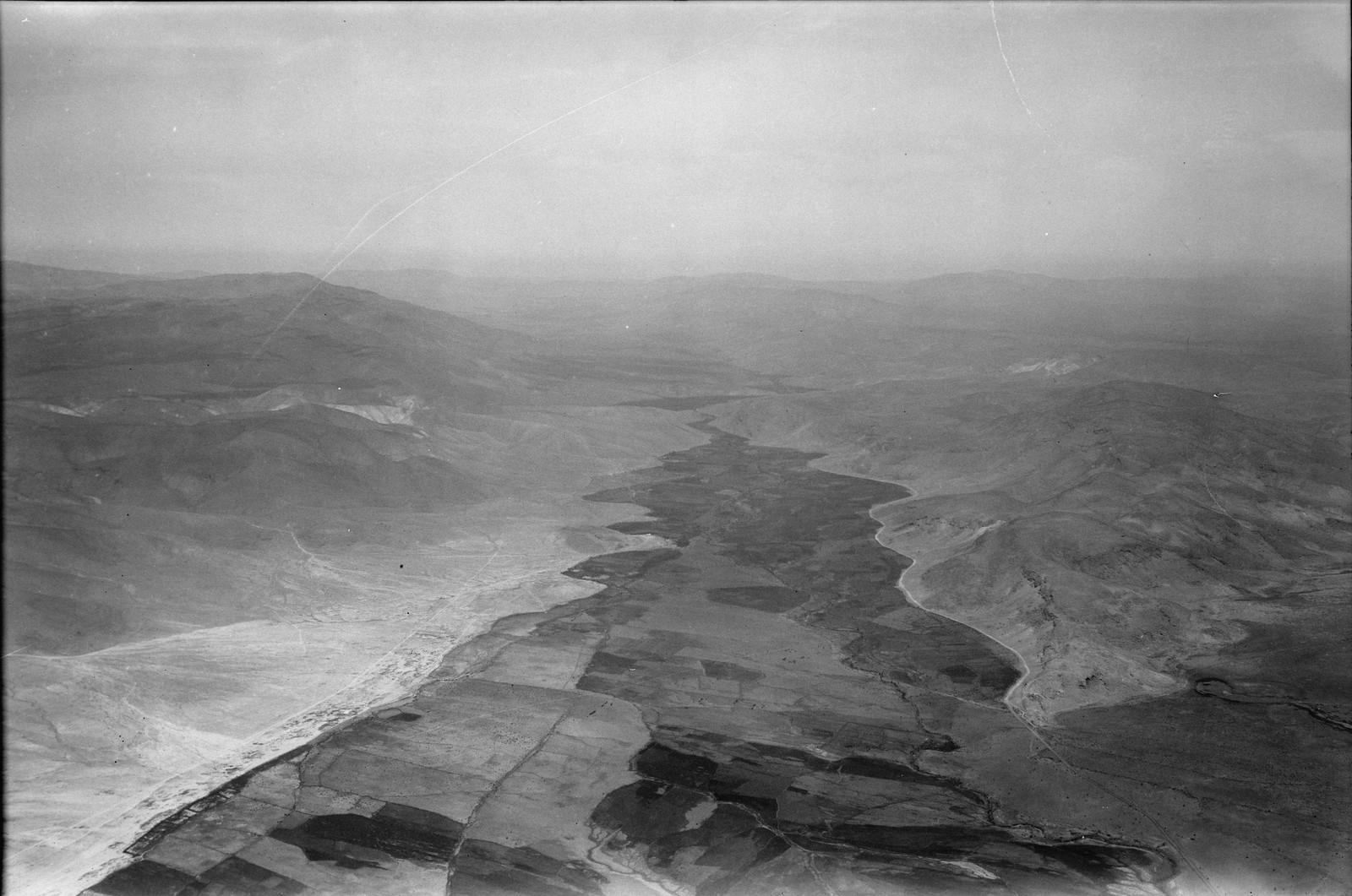 Полет на юг через Иорданский Разлом. Восточный конец Вади Фараа. Где долина Наблуса соединяется с Иорданом