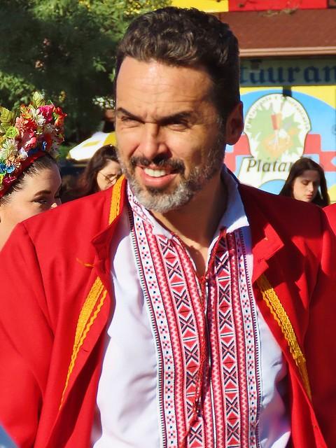 homem no Festival Internacional do Folclore