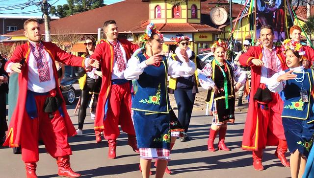 performance no Festival Internacional do Folclore