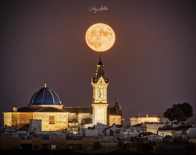 Salida de luna llena sobre Oliva. Valencia