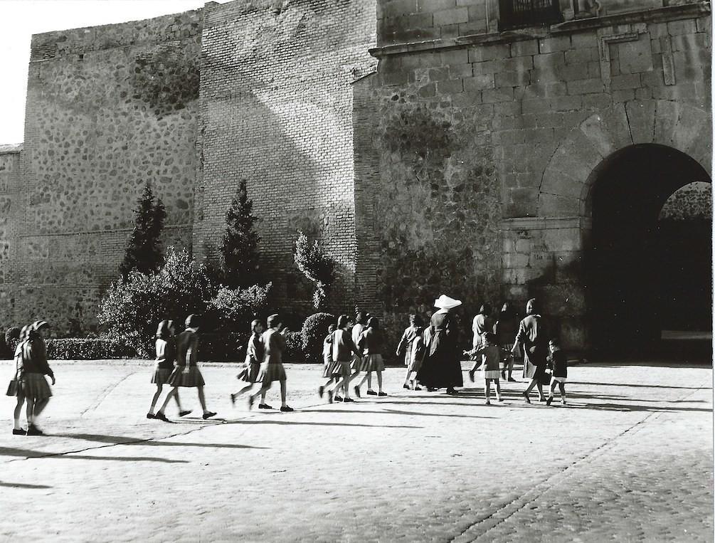 Niños y monjas junto a la Puerta de Bisagra de Toledo Toledo en 1964. Fotografía de Anno Wilms © Stiftung Anno Wilms, Berlin