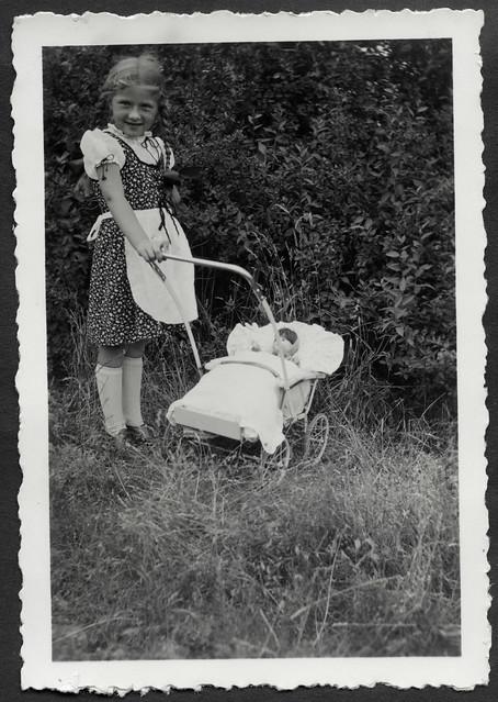 AlbumH79 Im Garten, Porträt, Dresden, Juni 1938