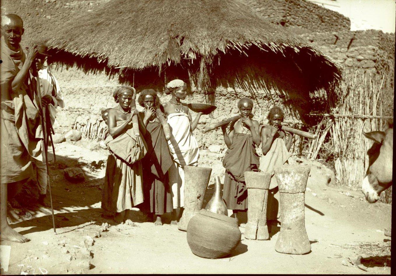 257. Абиссиния, провинция Харар, г. Харар. Харарианки со ступами