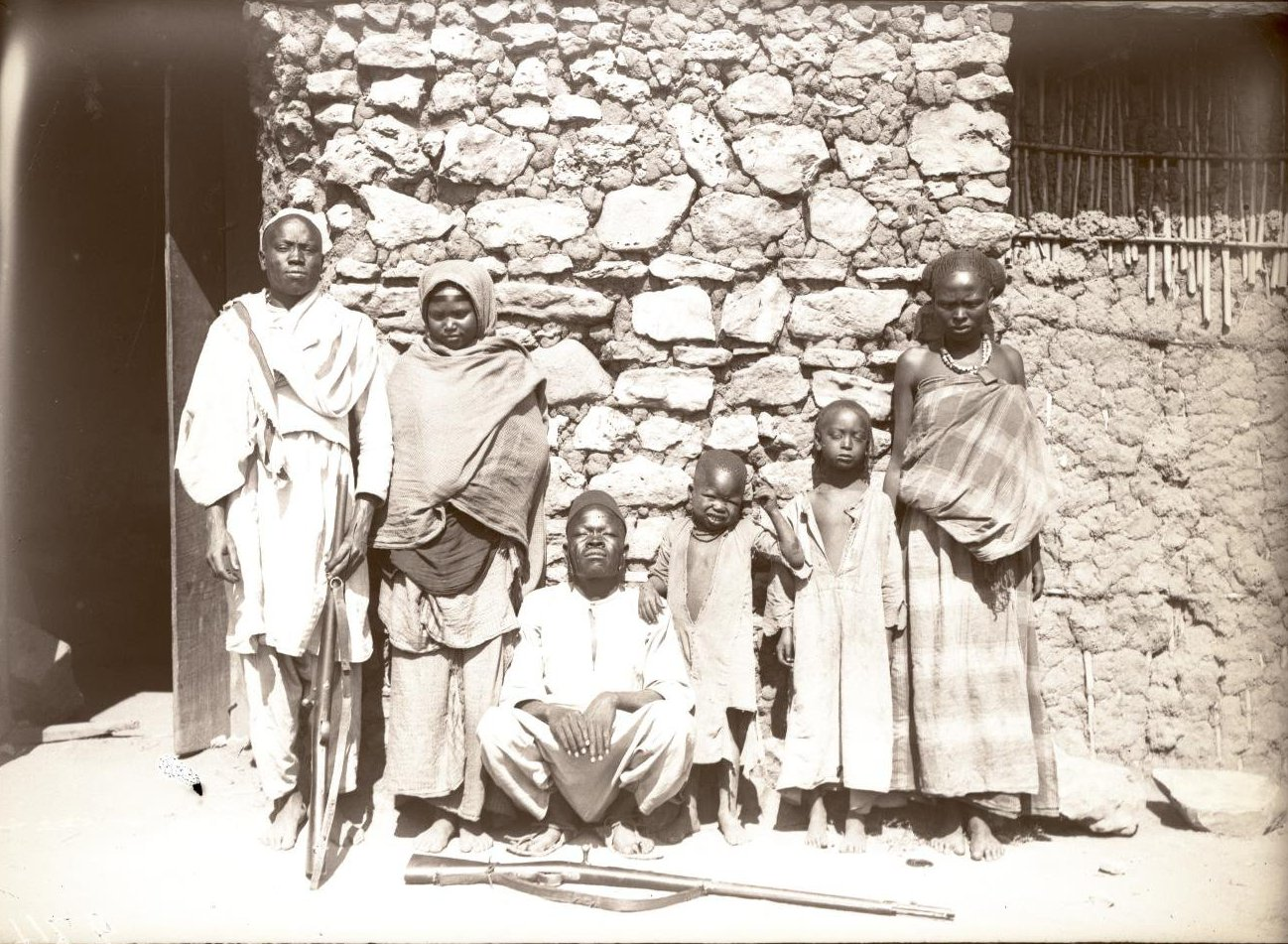274. Абиссиния, провинция Харар, г. Харар. Солдат-шанкала с семьёй