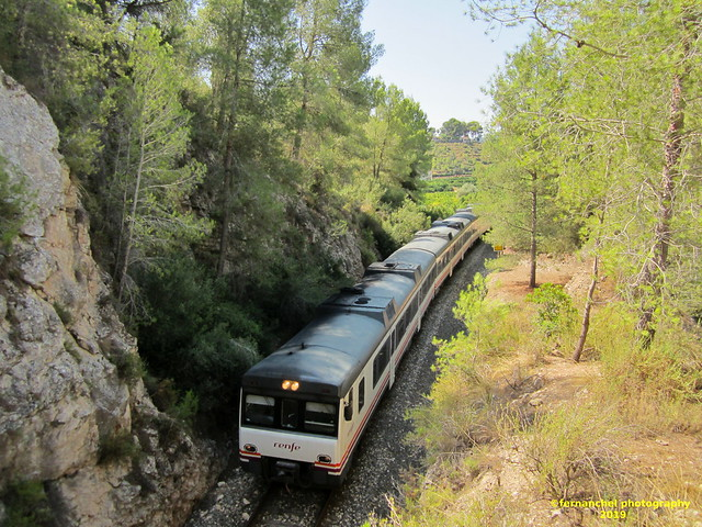 Tren de media distancia de Renfe (Línea Xàtiva-Alcoi) a su paso por GENOVES  (Valencia)