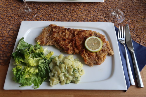 Wiener Schnitzel mit Kartoffelsalat und grünem Salat