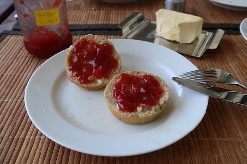Erdbeermarmelade auf Frühstücksmuffins