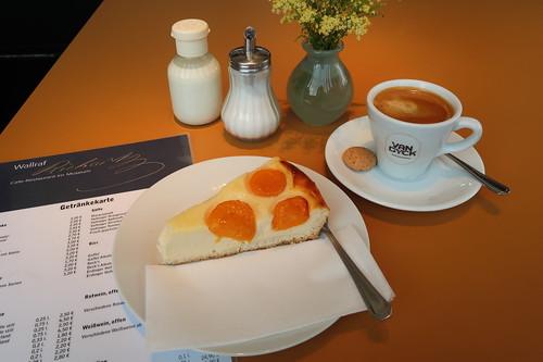 Aprikosen-Käsekuchen und Kaffee (im Café-Restaurant des Wallraf-Richartz-Museum nach Besichtigung der Barock-Sammlung)