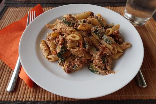 Penne mit Zucchini, getrockneten Tomaten und Ziegenkäse (mein Teller)