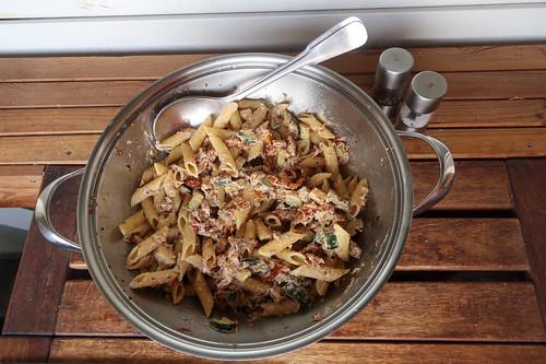 Penne mit Zucchini, getrockneten Tomaten und Ziegenkäse (noch in Pfanne)
