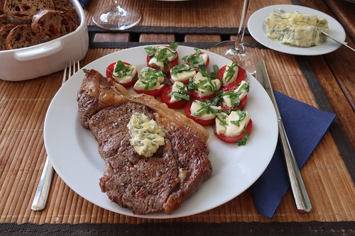 Rib-Eye-Steak mit Salbeibutter und Mozzarella-Tomaten
