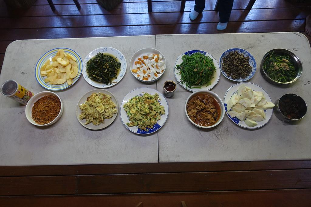 豐盛的早餐,上排右二是零餘子,味道像馬鈴薯,非常爽口。攝影:許芷榕