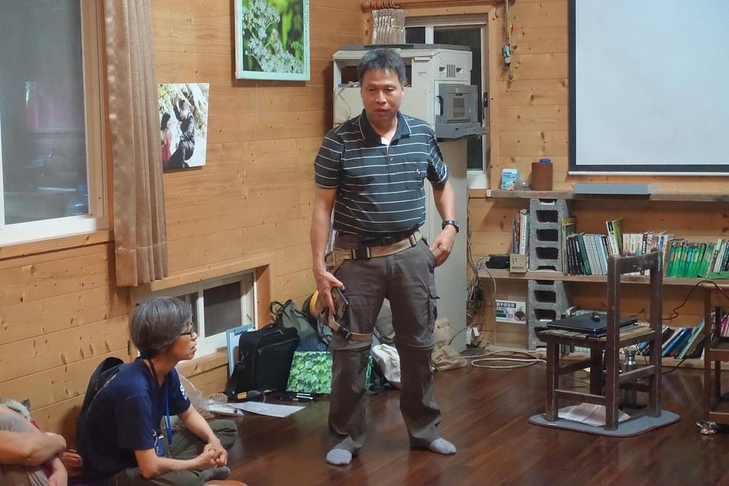 楊樹森教授特地抽空前來自然谷,陪志工們度過愉快的午後時光。攝影:許芷榕