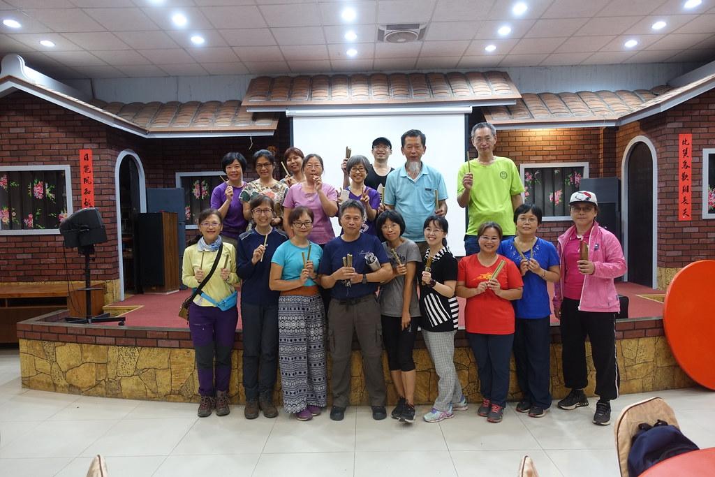 學員們與自製的竹吸管合影。攝影:許芷榕