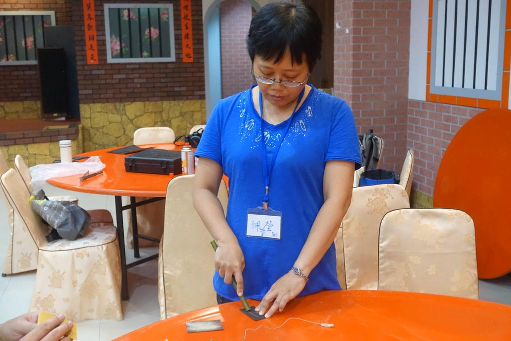 學員正用砂紙將竹吸管管口磨平。攝影:許芷榕