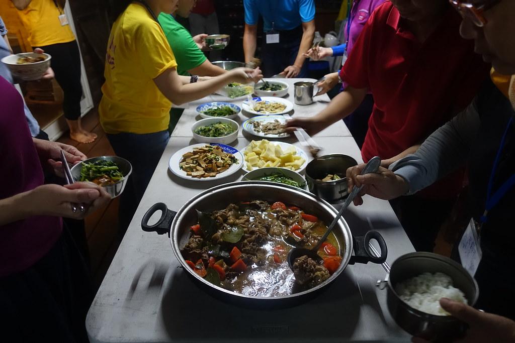 美味的晚餐,有香椿炒蛋、野薑花炒蛋、菁芳草沙拉、冬瓜湯加小葉桑、台灣土肉桂燉雞、巨竹筍等。攝影:許芷榕