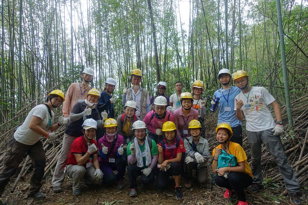 學員與環資夥伴在竹林中合影。攝影:許芷榕