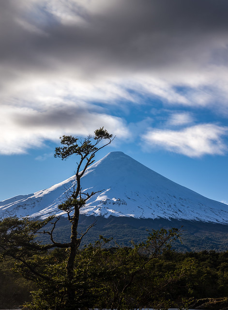 Larga exposición del Volcan Osorno desde el río Petrohue, Region de Los Lagos - Chile