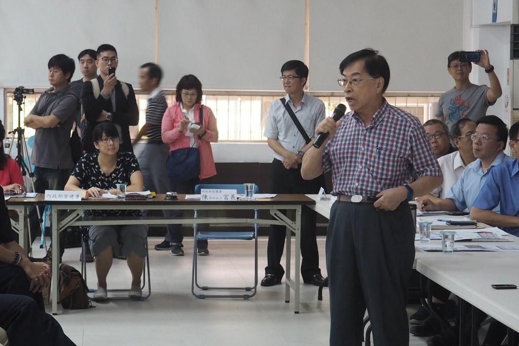 中石化董事長特助林青,抨擊政府錯誤的都市計畫政策和變更。攝影:李育琴