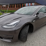 Tråkigt svart Tesla blev glittrigt grå