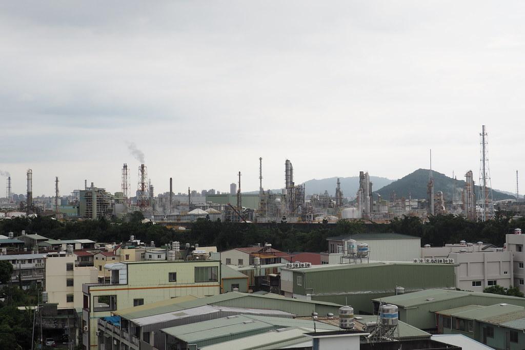 從大社社區遠眺大社工業區,居民說今天煙囪冒的煙比平日少許多。攝影:李育琴