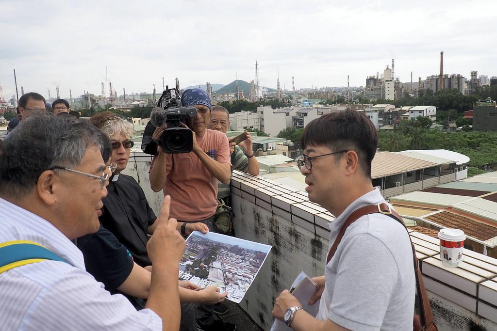 高科大教授沈健全向都審委員說明,大社石化業污染經民眾長期抗議巡守,才稍有改善。攝影:李育琴