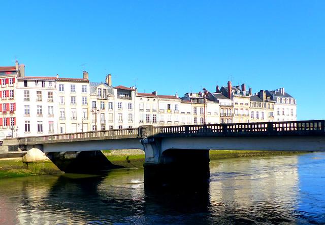 Bayonne, Pyrénées-Atlantiques: pont sur la Nive pour le thème de septembre